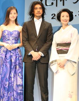完成報告記者会見に挑んだ出演者。左から小西真奈美、金城武、富司純子