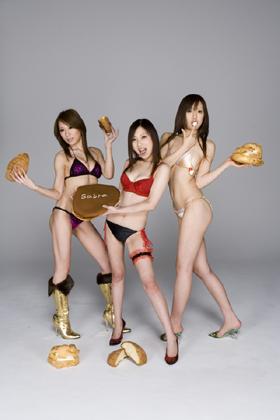 三宅智子さんら「大食い3人娘」が水着グラビアを披露