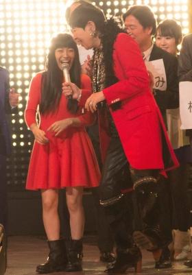 「ハッ!」と叫ぶmiwaと和田アキ子(12月31日撮影)