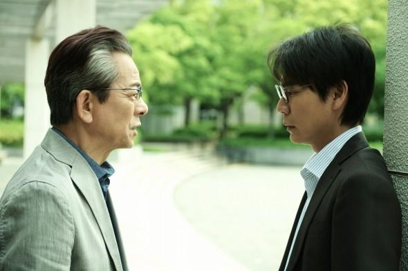 被害者の父親(水谷豊)=左=は加害者(中山麻聖)と対峙する((C)2019映画「轢き逃げ」製作委員会)