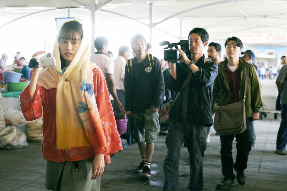 <旅のおわり世界のはじまり> 広大な自然をバックに映し出される前田敦子に神々しさを感じた