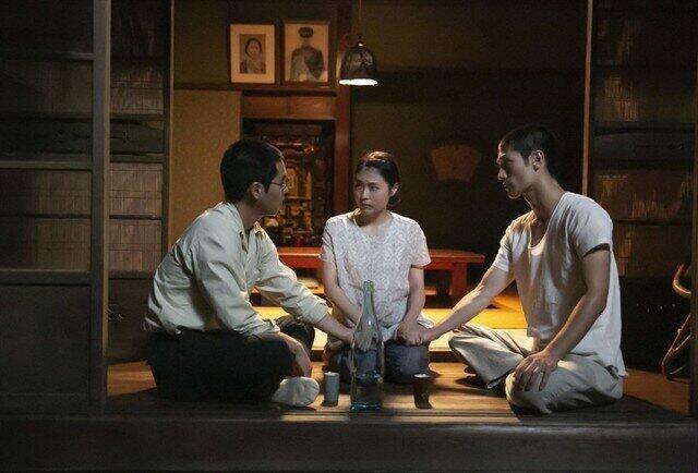 兄・柳楽優弥、幼馴染・有村架純と「未来」を話し込む三浦春馬さん(右)=NHKの公式サイトより