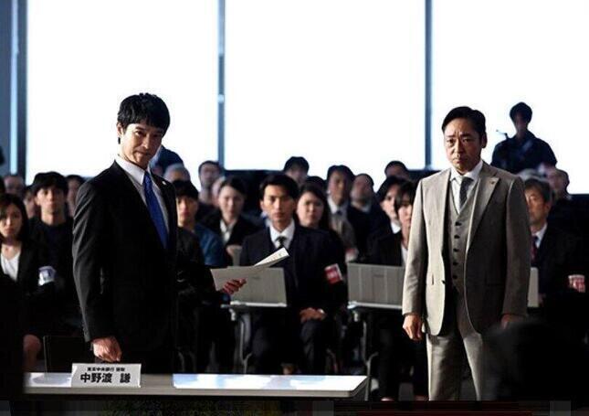 大和田と協力して箕部幹事長を追求する半沢(TBSの「半沢直樹」番組ホームページより)