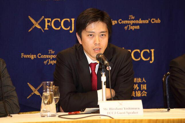 吉村府知事(編集部撮影)が「人流を抑えなければ」と訴えている。