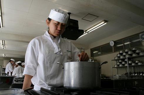 調理も接客も高校生 にぎわうレストランの秘密